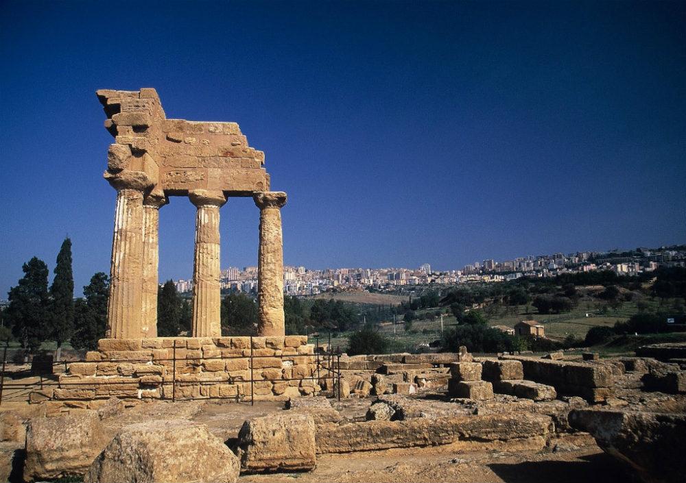神殿の谷にはギリシャ神殿遺跡が残っている。背景に広がるのがアグリジェントの新市街。