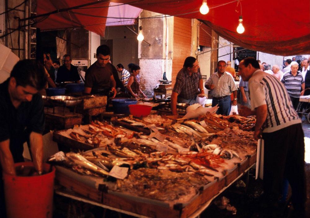 パレルモは魚介も豊富なマーケットが賑わい楽しめる