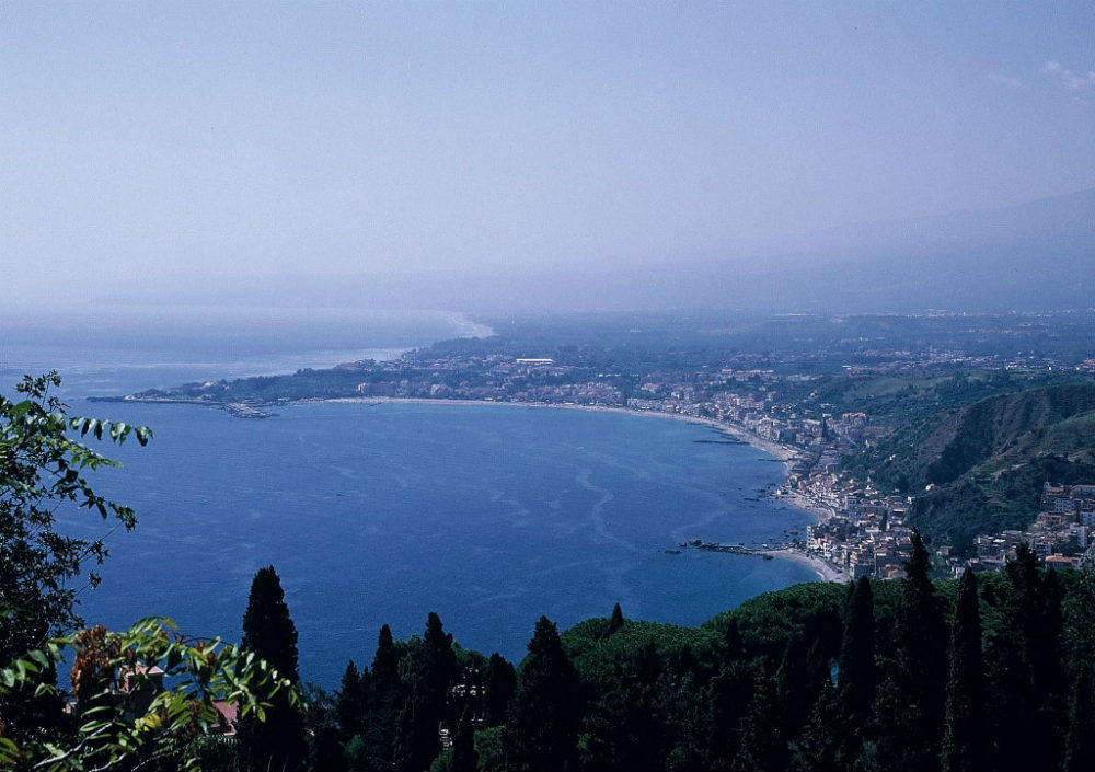 シチリア、タオルミーナ、グランブルーの海