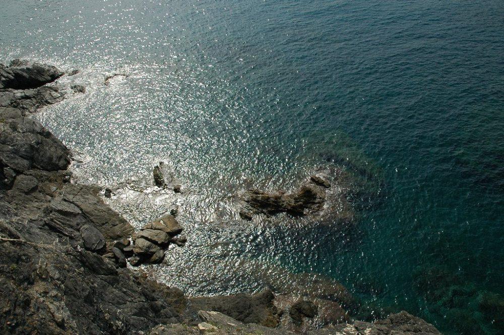 チンクエ・テッレ、ヴェルナツッアの村からモンテロッソ・アル・マーレへ歩いて途中で見た海。