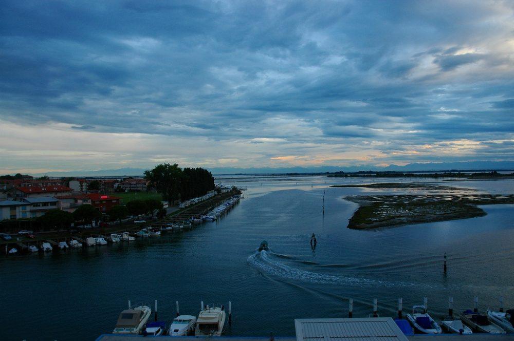 グラード、フリウリ・ヴェネツィア・ジュリア、空が白み始める頃から船が干潟を行き来する