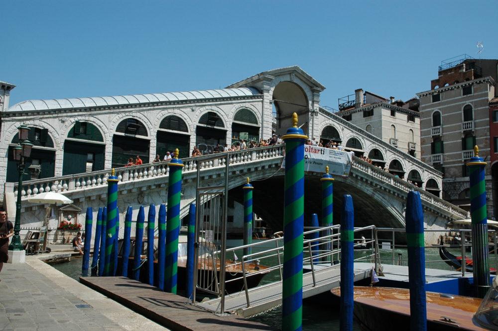 リアルト橋界隈はヴェネツィア共和国時代、商業の中心だった。いまも観光客が押し寄せる。