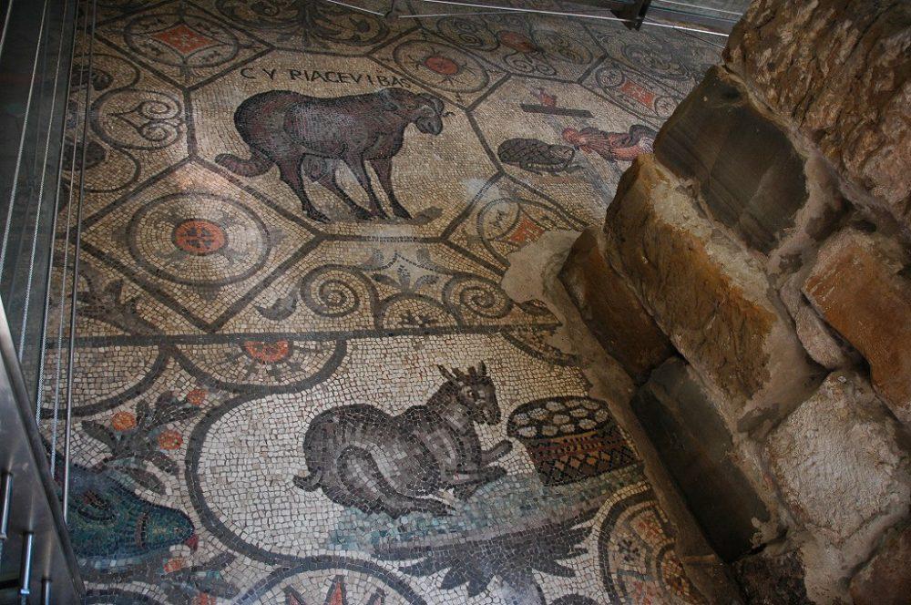 アクイレイア、大聖堂の床一面に敷き詰められたモザイク。世界遺産