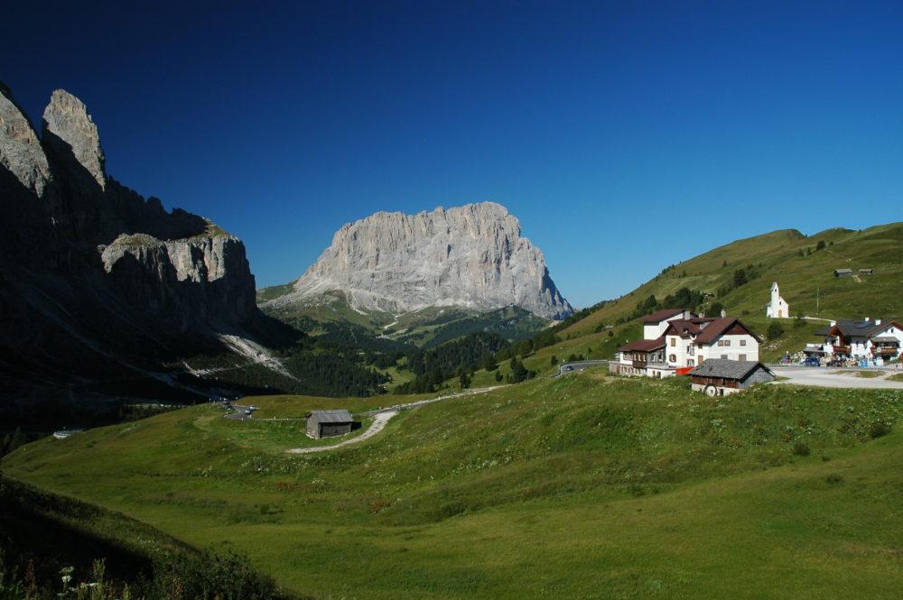 ガルデナ峠からみたサッソルンゴ主峰北壁。イタリア世界遺産。