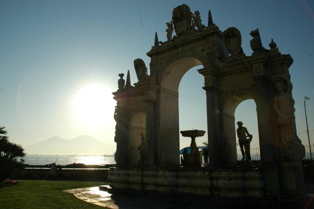 ナポリ。サンタ・ルチア港の大理石の門。朝焼けのナポリ湾とヴェスーヴィオ。南イタリア世界遺産。