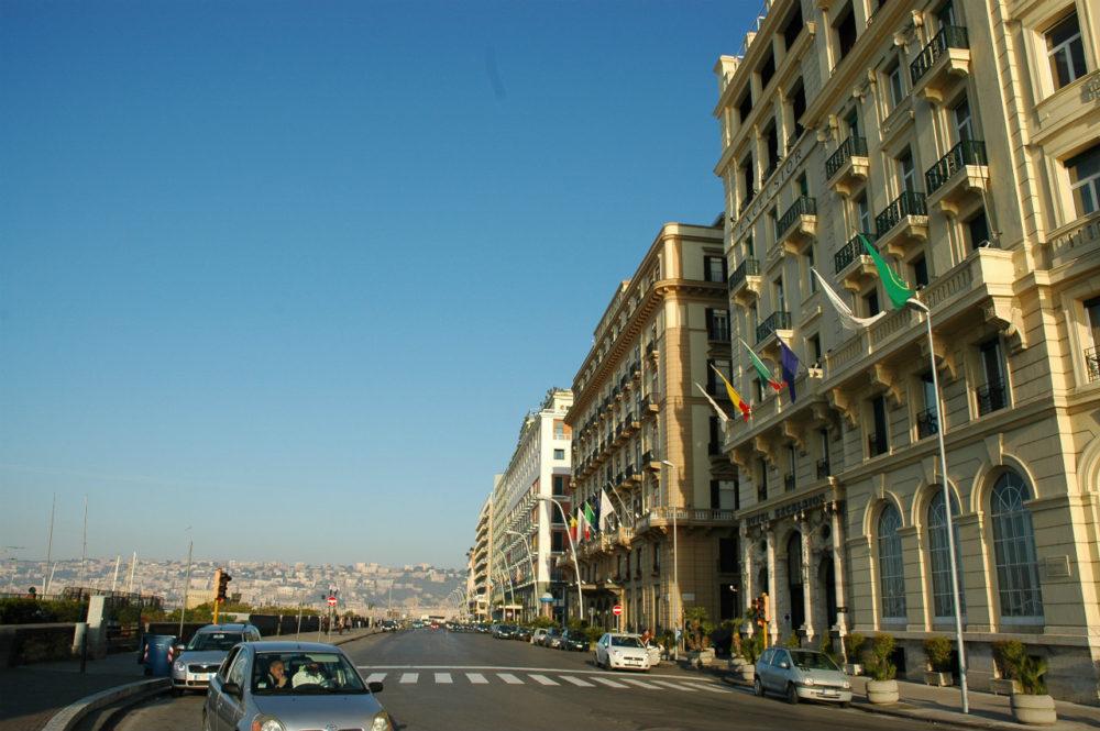 ナポリ歴史地区。卵城があるパルテノペ通り。ナポリ湾に面して高級ホテルが並ぶ。