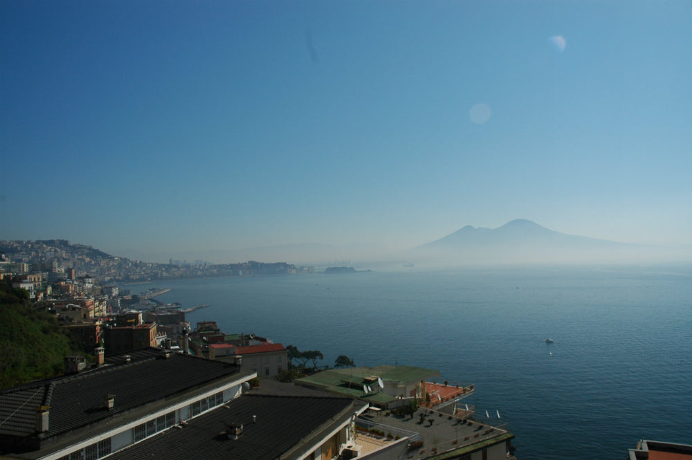 ナポリ。南イタリア最大の都市。ナポリ湾とヴェスーヴィオ山。南イタリア世界遺産