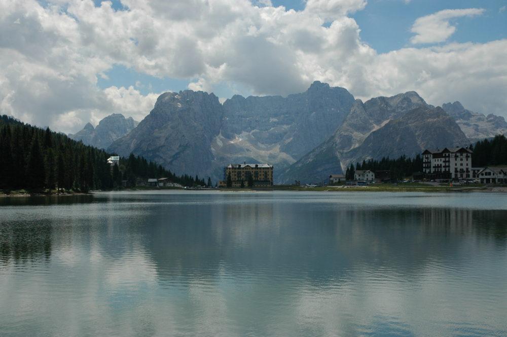 ミズリーナ湖から見るミズリーナ湖からソラピスの眺め。北イタリア・世界遺産。