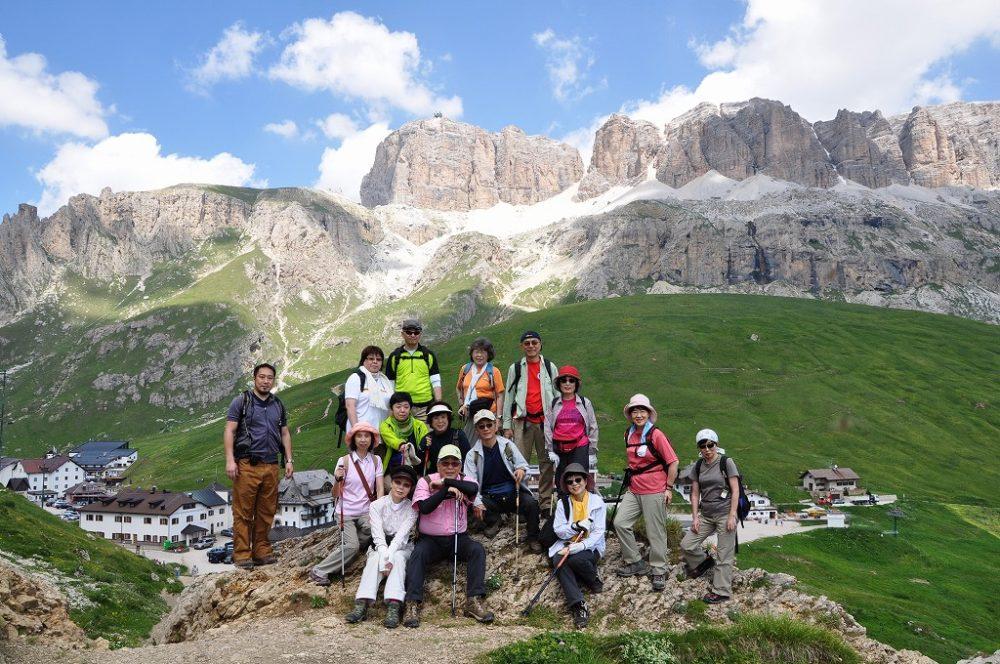 世界遺産・ドロミテトレッキング、ドロミテの心臓=セッラ山群を背景に。