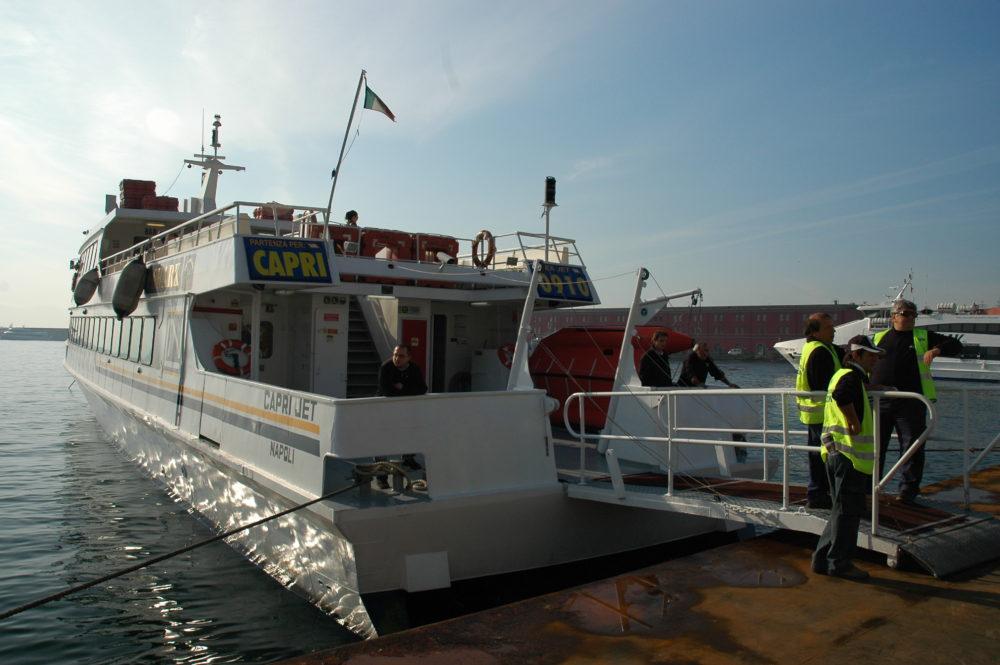 イタリア、ナポリからカプリ島へ渡る高速船