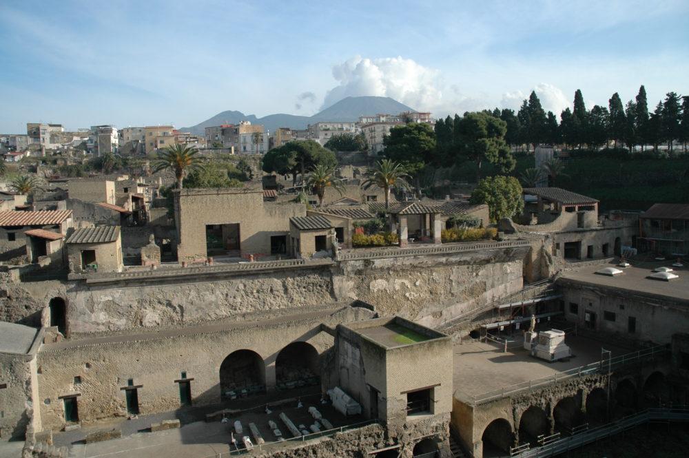 世界遺産•エルコラーノ遺跡。後に見えるのがヴェスーヴィオ山。