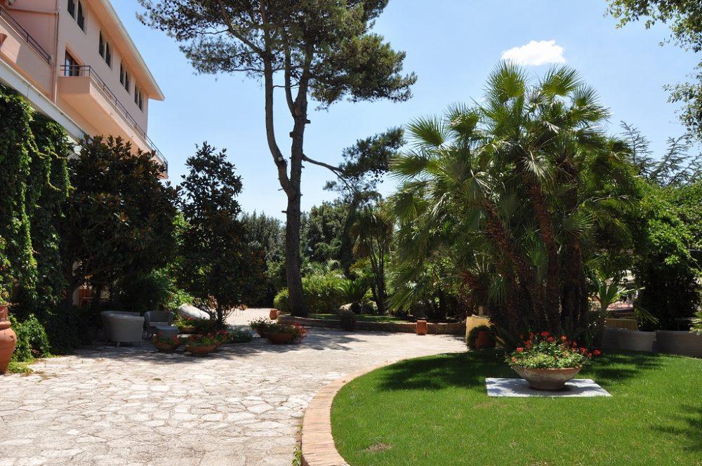 ソレント、ホテルの庭。南イタリアらしい植栽が