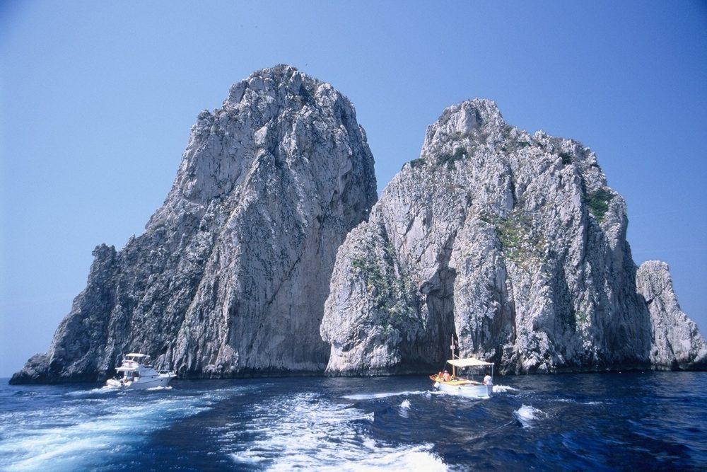 イタリアカプリ島を一周する観光船に乗ってみよう。カプリ島の回りには青の洞窟、エメラルドの洞窟、白の洞窟、ファラリオーニ岩島群の真ん中のトンネルを通り抜けたりしてくれます。カプリ島
