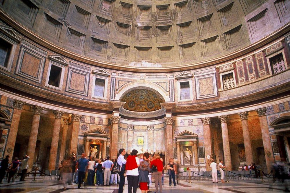 ローマ、パンテオン、現存するローマ時代最古の建物。そのまま都市の空間にある不思議さ。イタリア世界遺産