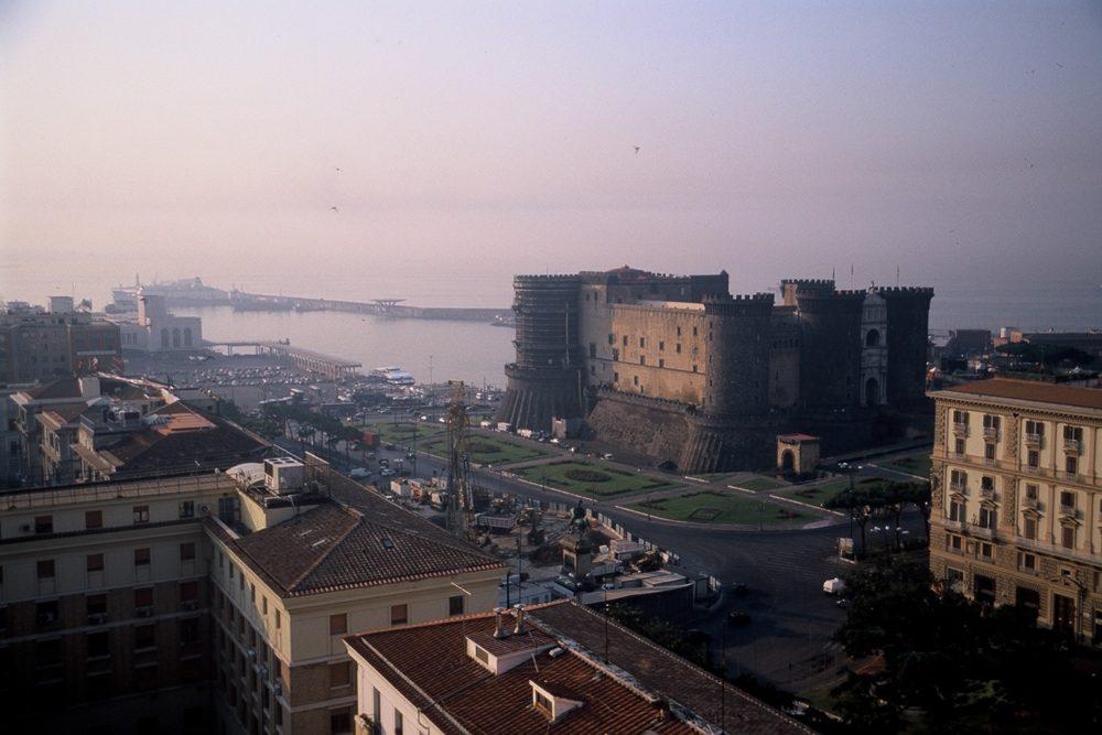 南イタリア世界遺産・ナポリ歴史地区、カステル・ヌオーヴォ。新しい城の意。裏側がナポリ港になっている。