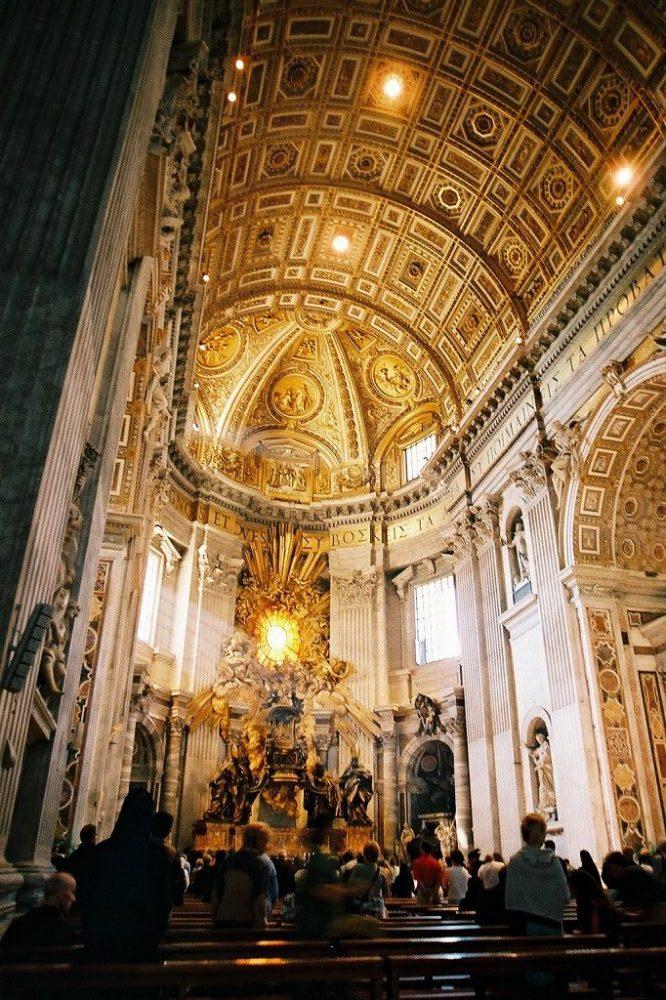 ローマ、ヴァチカン、サンピエトロ寺院内部。イタリア世界遺産