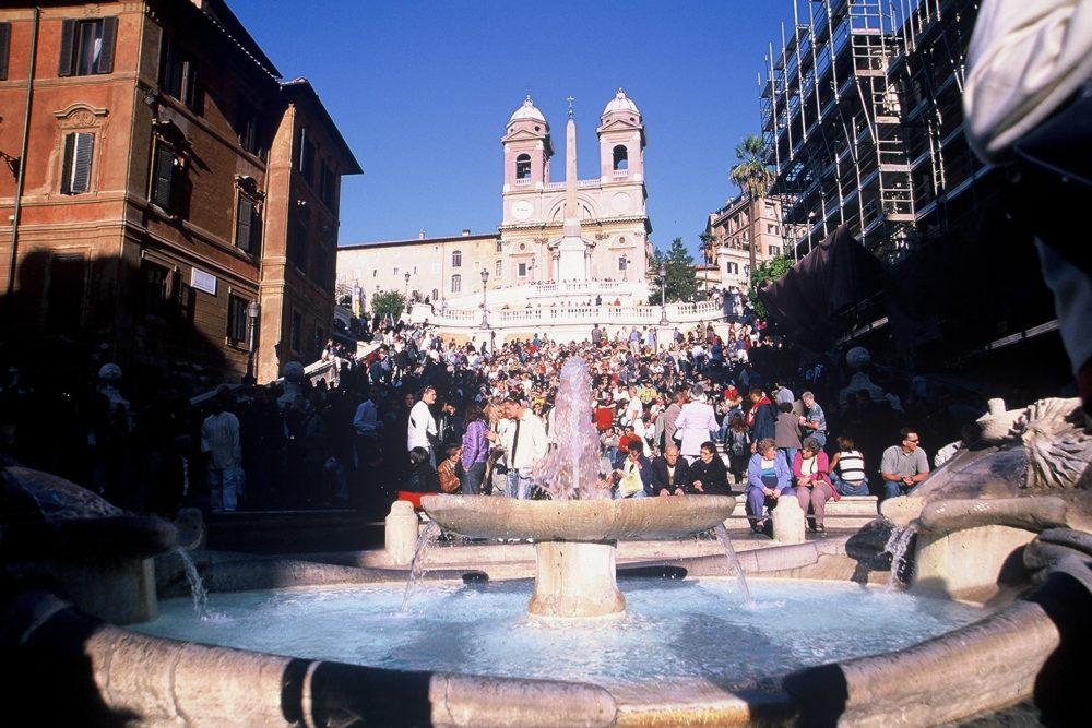 映画「ローマの休日」の舞台となった誰もが憧れる華やかなスペイン広場。