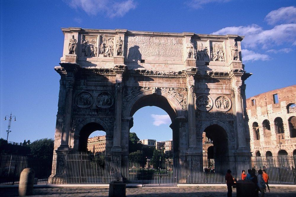 ローマコンスタンティヌス凱旋門(3世紀)、イタリア世界遺産。パリの凱旋門はこれを手本に