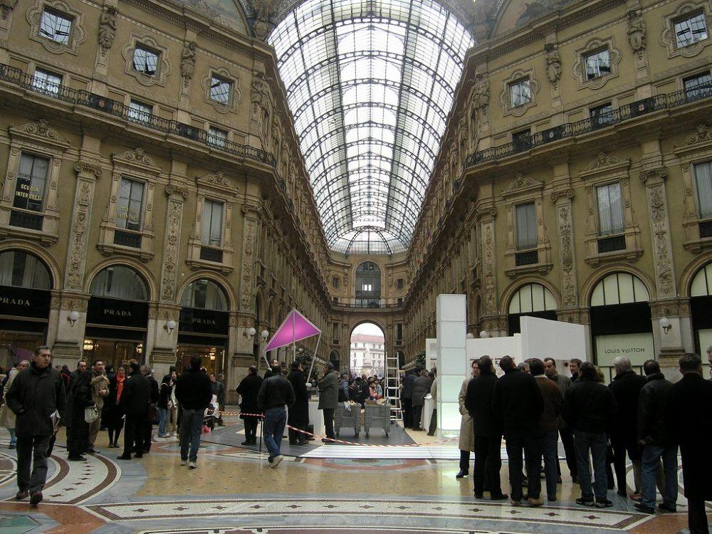 ミラノガッレリアヴィットリオ・エマニュエーレ2世アーケードはイタリア統一の記念建造物である。
