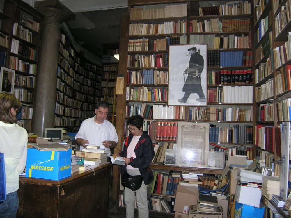 トリエステサーバの写真が掲げられた、ウンベルト・サーバ書店の内部