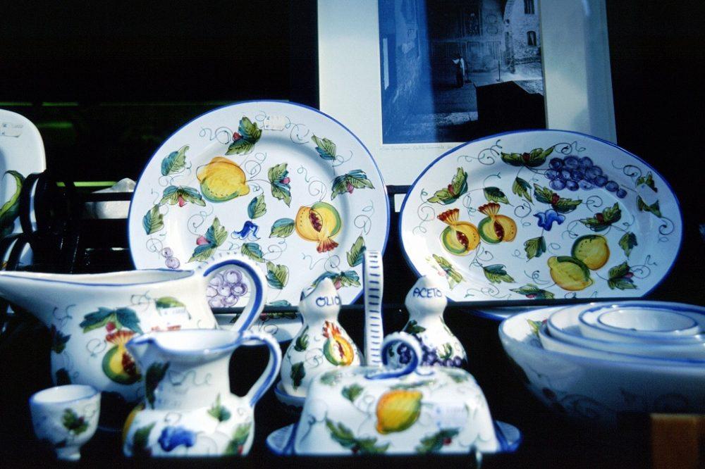 トスカーナの陶器。もともとフルーツをあしらった陶器の発祥地。いわば本場の本物ですね。