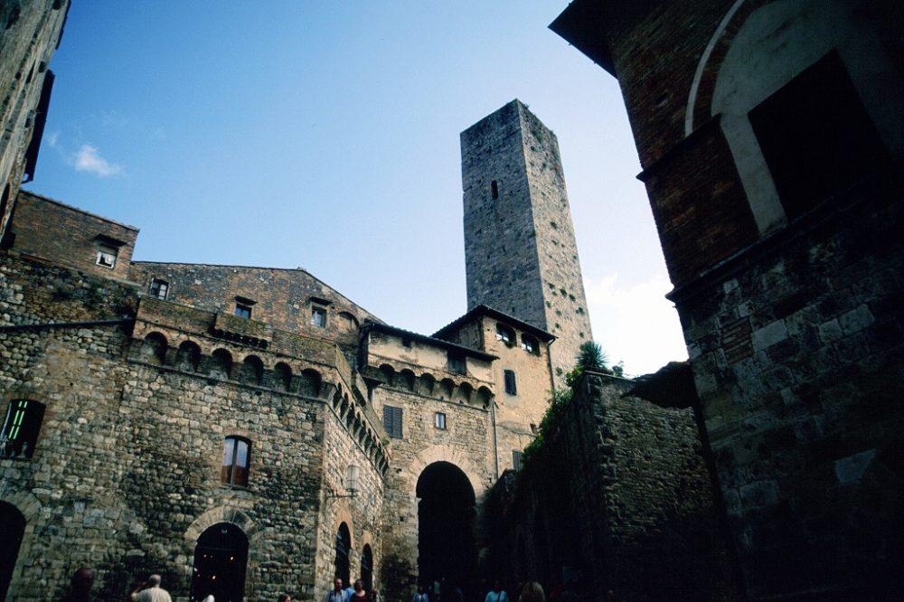 イタリア世界遺産、サンジミニャーノ歴史地区。サンジョヴァンニ通りを進むと