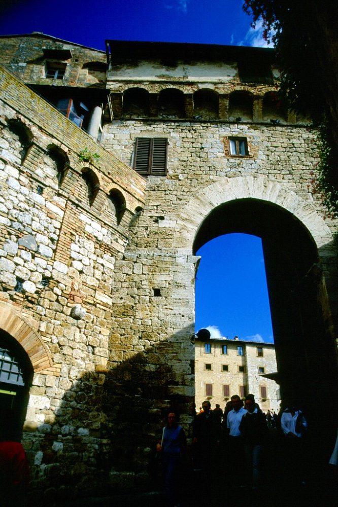 イタリア世界遺産、サンジミニャーノ歴史地区。ベッチ家のアーチArco dei Becci。サンジョヴァンニ通りを進むと