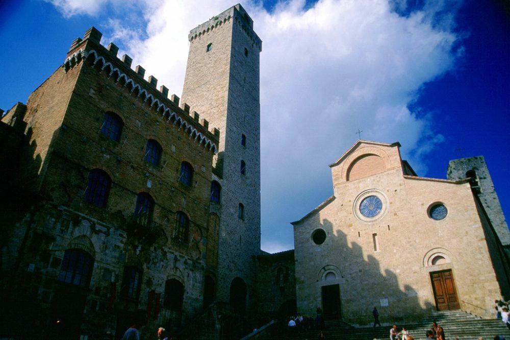 イタリア世界遺産トスカーナ州、サンジミニャーノ、ドゥオーモ広場。ドゥオーモと左はポポロ宮、トッレグロッサ