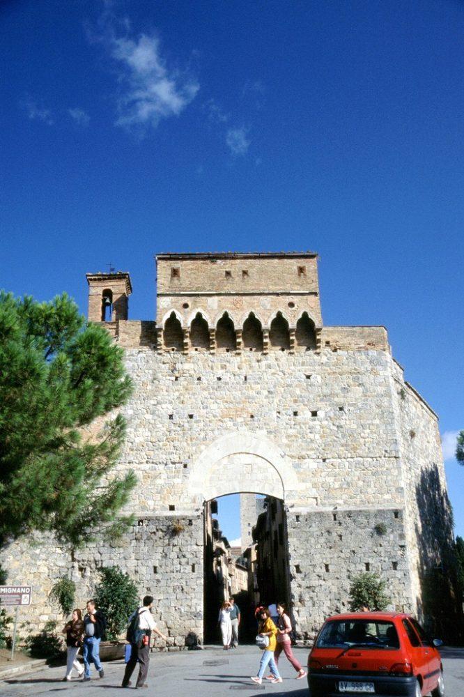 イタリア世界遺産、サンジミニャーノ、ポルタサンジョヴァンニ。この城壁からサンジミニャーノの中心街へ入る。