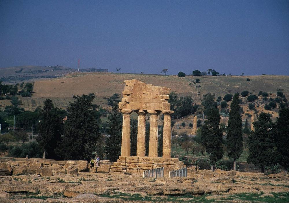 イタリアシチリア島、アグリジェント、神殿の谷にはヘラクレス神殿など20近くの神殿遺跡群が残っている