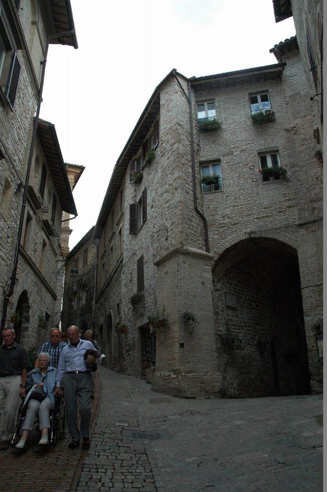 アッシジの聖人フランチェスコの聖地には絶え間ない巡礼の人々が訪れる。