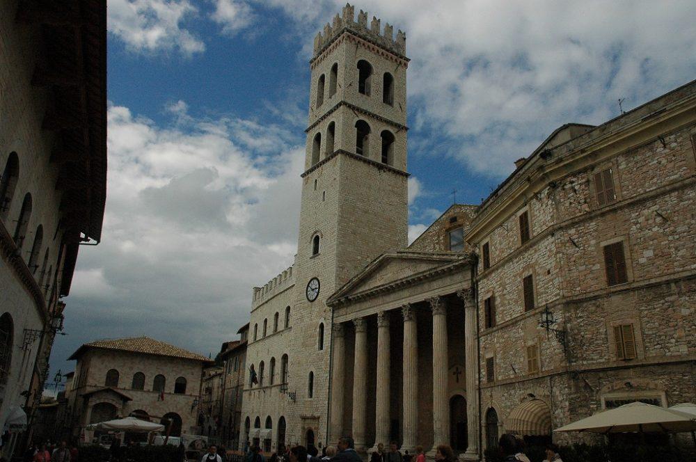 アッシジ、コムーネ広場、ポポロの塔とミネルヴァ神殿。