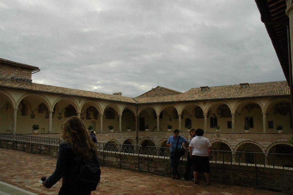 イタリア世界遺産、アッシジ、サンフランチェスコ聖堂中庭。