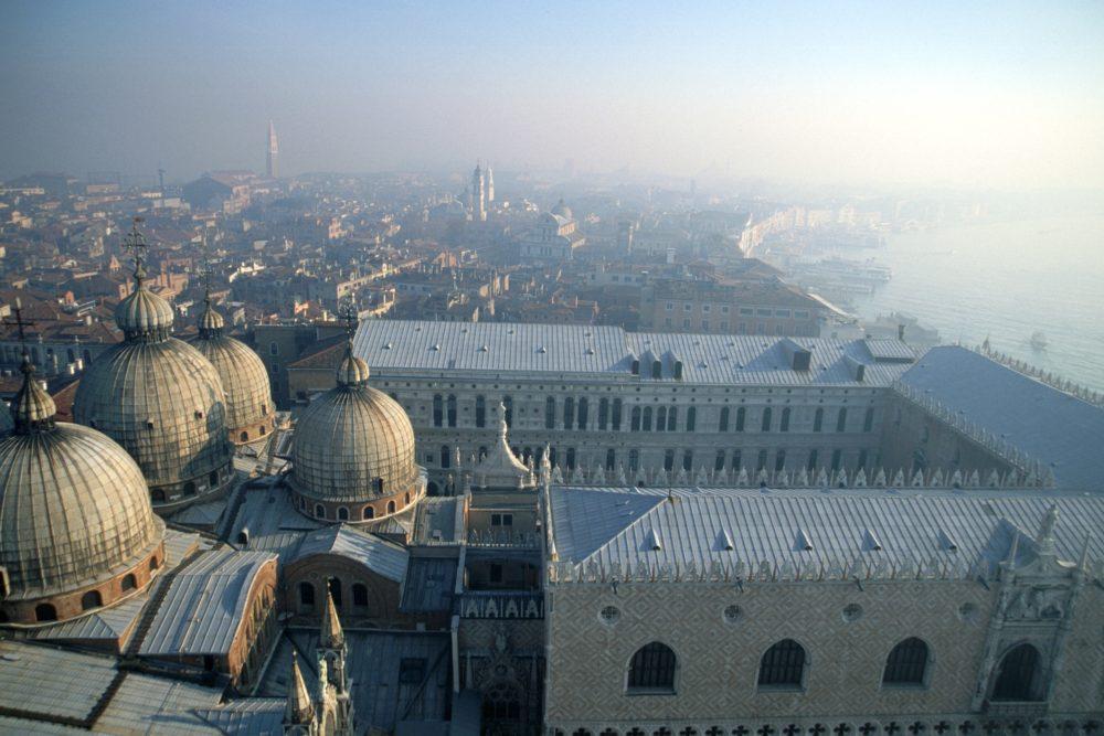 ヴェネツィアサンマルコ広場鐘楼からの眺め。サンマルコ大聖堂のクーポラが