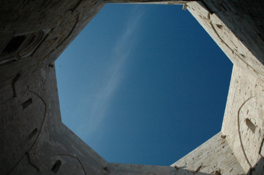 イタリア世界遺産、プーリア州のカステル・デル・モンテ上は屋根がなく八角形の空が