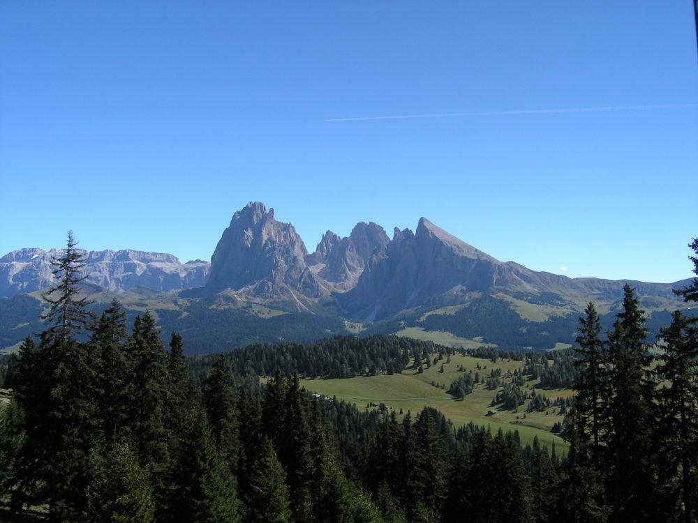 オルティゼイからアルペ・ディ・シウジへ登ると見えるサッソルンゴと左がセッラ山群