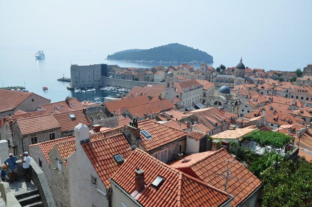 MSCクルーズで寄港したクロアチア、ドゥブロヴニクにて中心街を城壁から眺める。