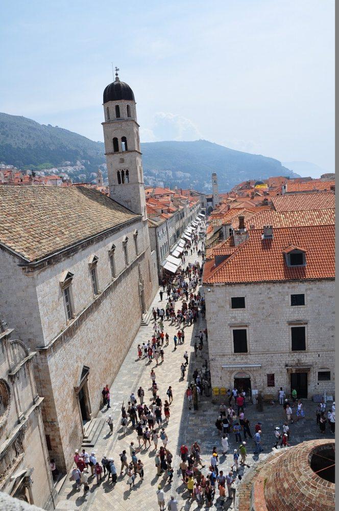 クロアチア、ドゥブロヴニクの中心街を城壁から眺める。MSCクルーズはドゥブロヴニクにも入港します。