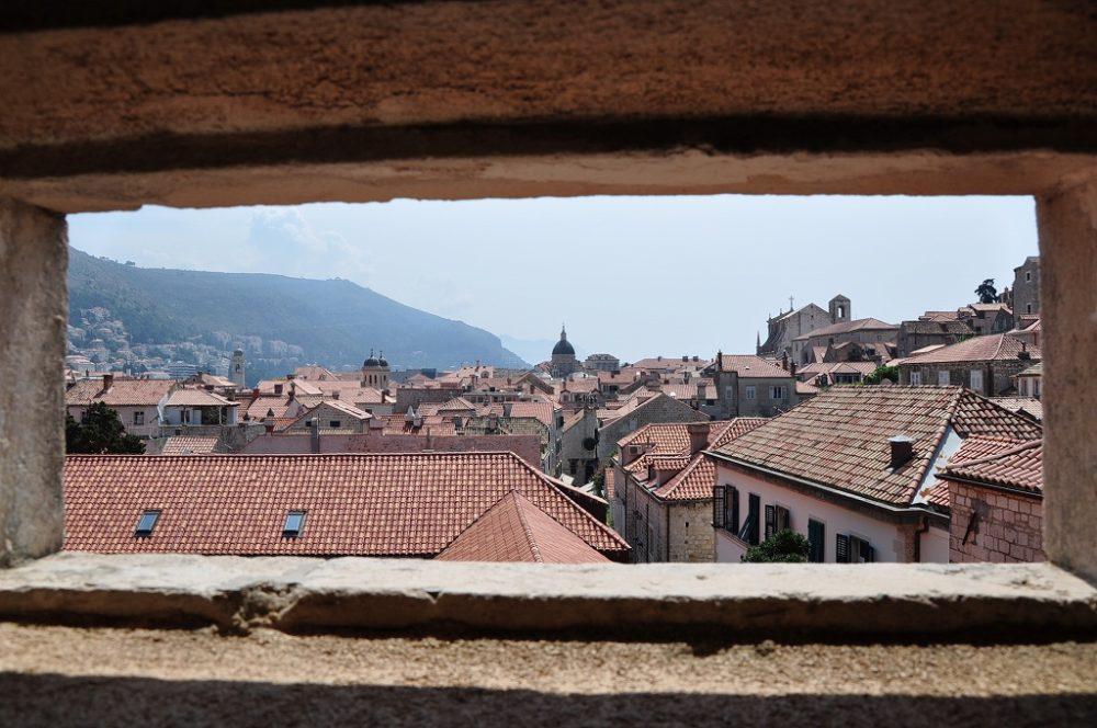クロアチア、ドゥブロヴニクの中心街を城壁から眺めると