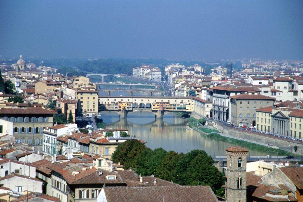 フィレンツェ歴史地区。イタリア世界遺産。ミケランジェロの丘からの眺めるアルノ川