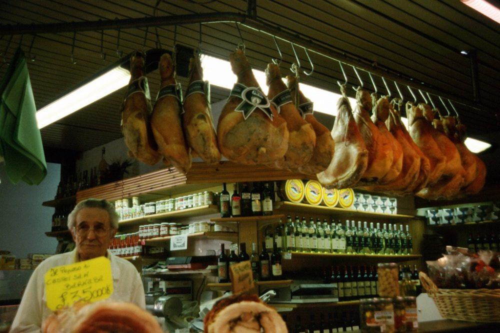 フィレンツェ、中央市場肉屋さんおいしげなプロシュートが鈴なり