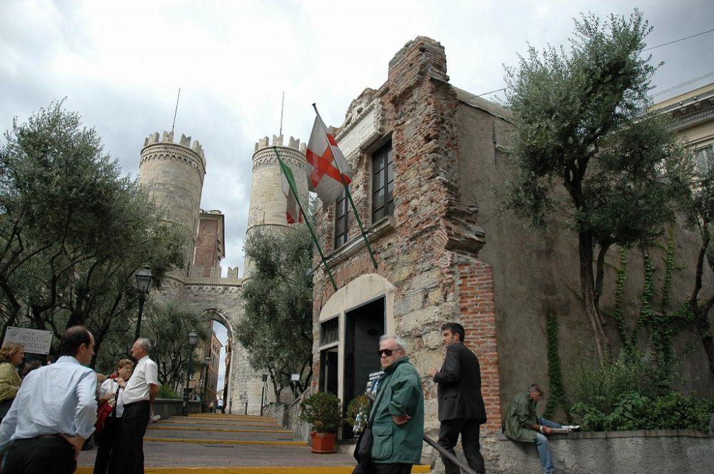 ジェノヴァ、ソプラーナ門と手前がコロンブスの生家。イタリア世界遺産