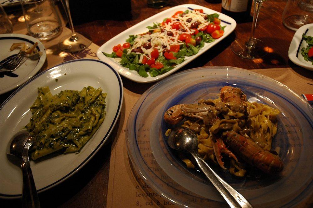 ジェノヴァ、レストラン、パスタジェノヴェーゼ、手長海老パスタ。カルパッチョ。