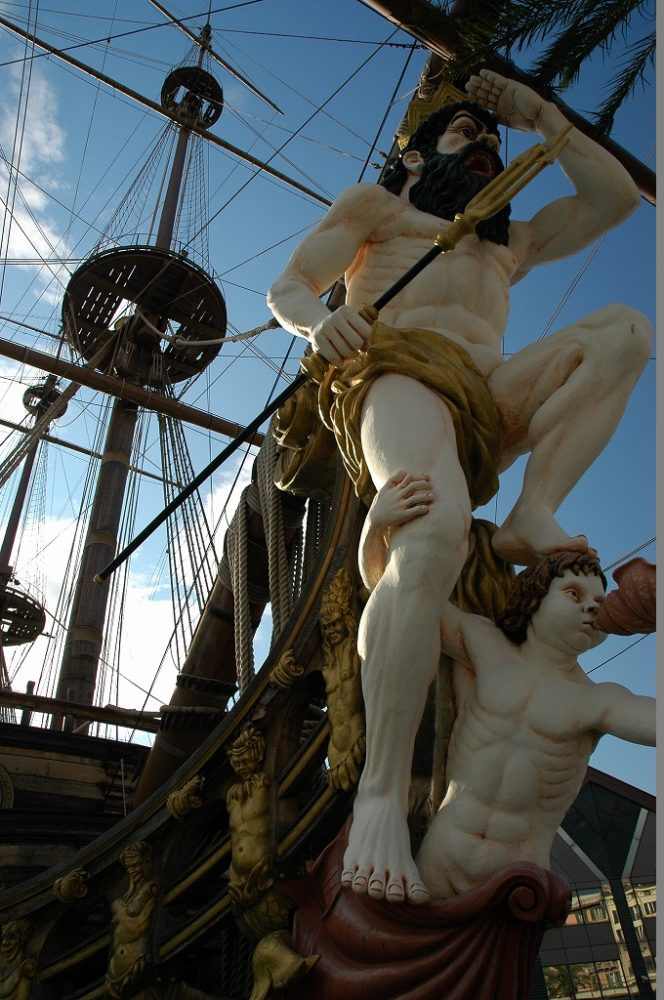 イタリア世界遺産。ジェノヴァ港にある帆船の舳先には、なんともユーモラスな見張り役が。