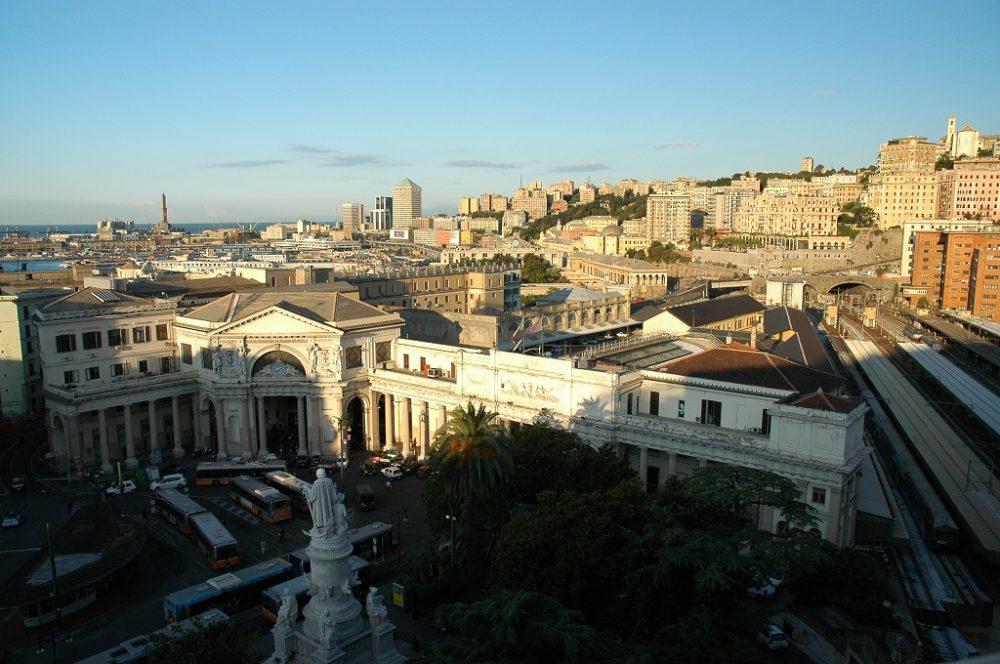 ジェノヴァ中央駅スタツィオーネ・プリンチペ、中央口、背中立像がコロンブス。右が駅のプラットフォーム