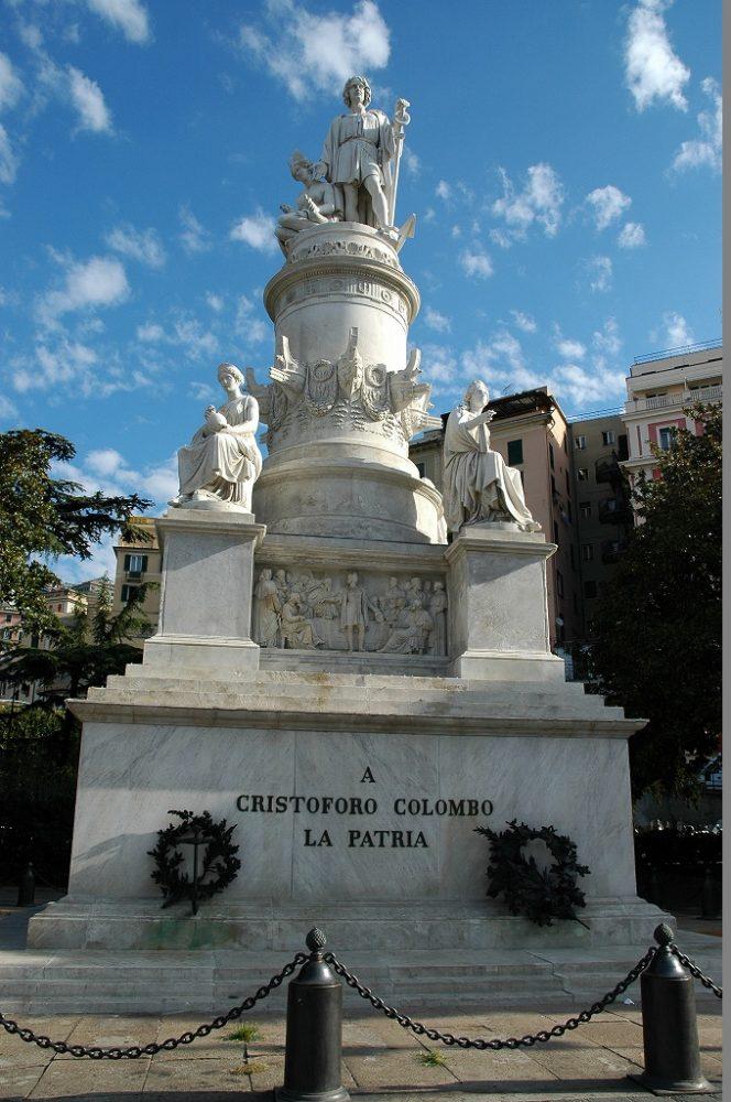 ジェノヴァ中央駅スタツィオーネ、コロンブスの立像。イタリア北部世界遺産。ジェノヴァ。
