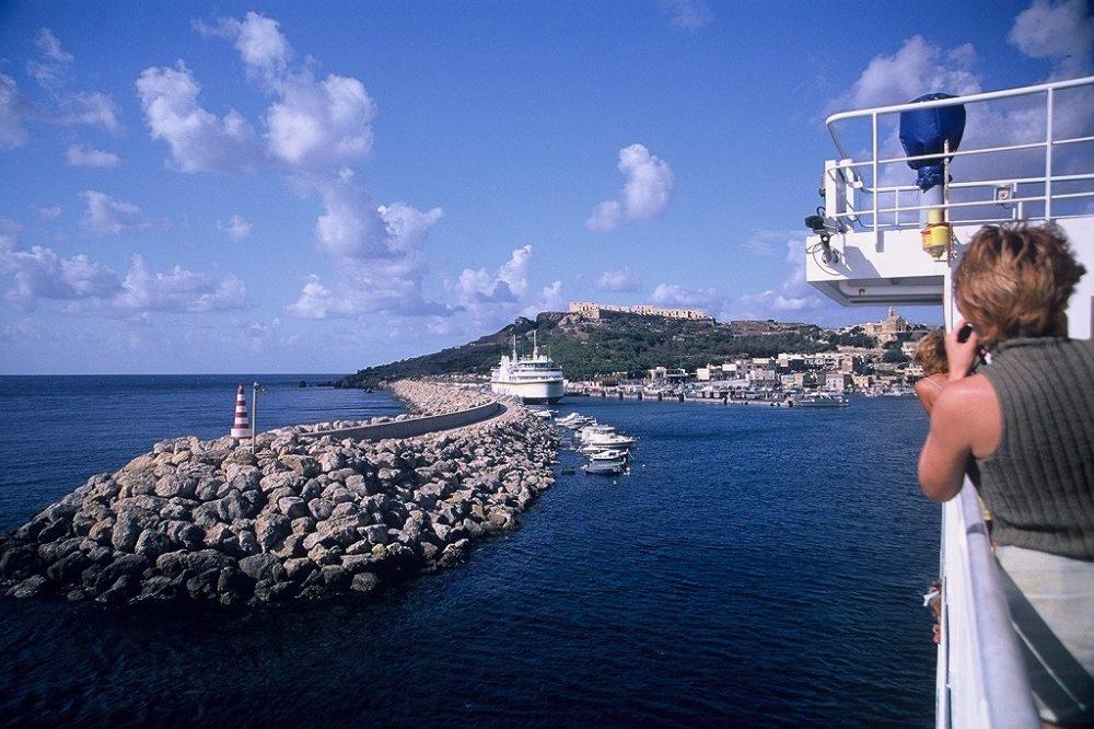 マルタ共和国、ゴゾ島へ渡る船にも乗ってみましょう。