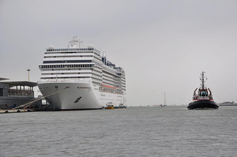 ヴェネツィア港に停泊中の船がMSCクルーズムジカ(参考写真)