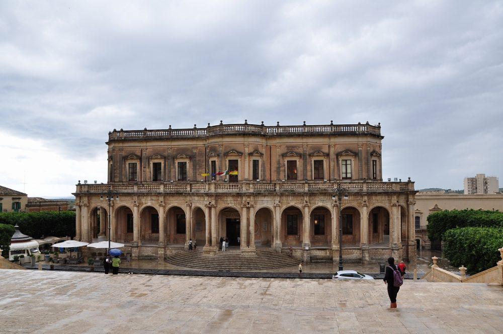 ノート。シチリア世界遺産、通り雨でドゥオーモに雨宿りしたら反対側に見えた市庁舎。