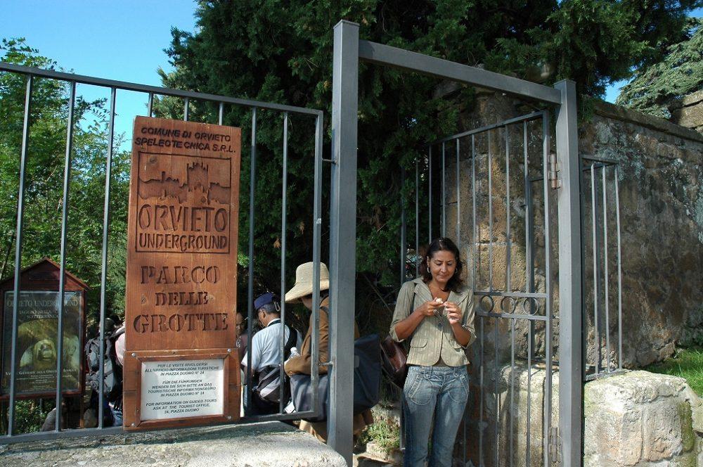 オルヴィエートの謎の地下都市入り口。カッパドキアがイタリアにもあるんです。
